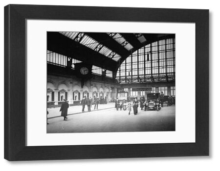 Between 1906 and 1912 the GWR took about re-designing and re-constructing the station. When it was completed it was a vision of Edwardian elegance. This image shows the station once completed