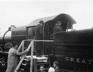 King George V entering the cab of No 4082 Windsor Castle, 1924